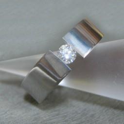 Кольцо из титана с бриллиантом Т4080