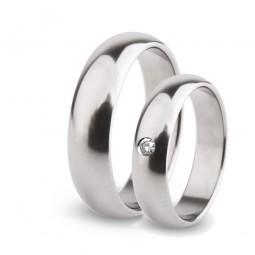 Парные обручальные кольца из титана с бриллиантом