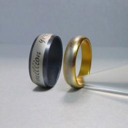 Образцы лазерной гравировки на кольцах с черным покрытием и покрытием из нитрида титана