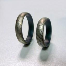 Отпечатки пальцев на черных матовых кольцах